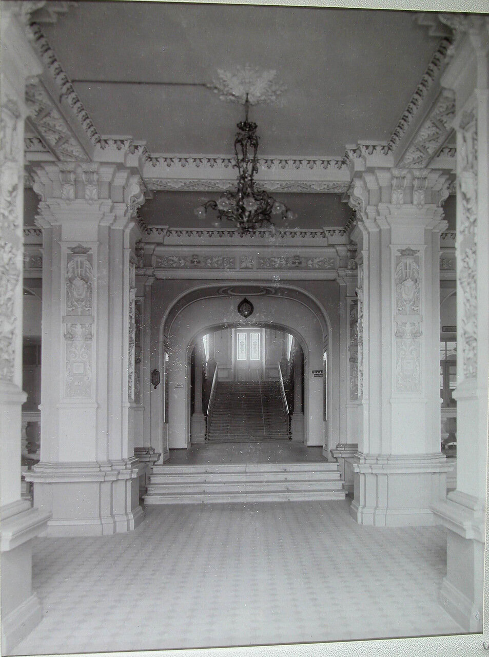 04. Вид части вестибюля в здании училища