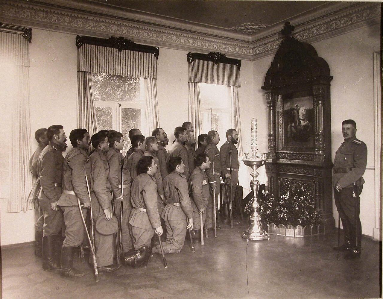 15.Увечные воины, призреваемые в патронате-убежище, во время молитвы