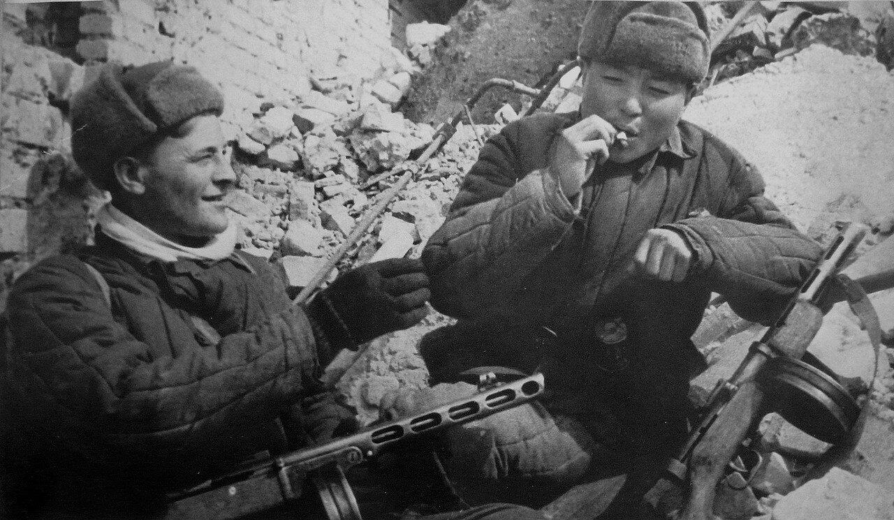 1942. Перекур советских бойцов в Сталинграде.