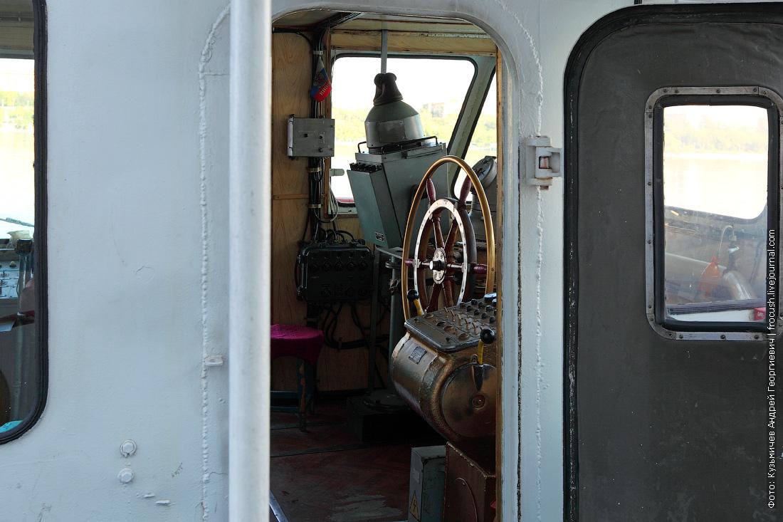 штурвал в рубке теплохода ОМ-152