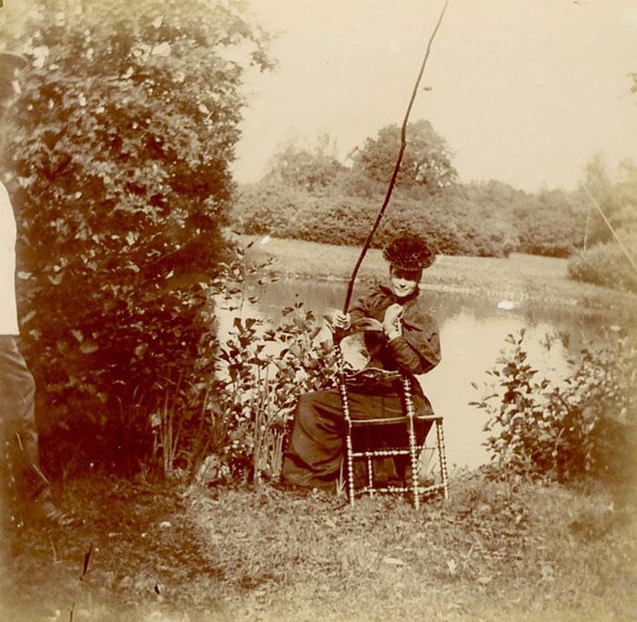 Вдовствующая императрица Мария Федоровна с удочкой на берегу пруда. Петергоф. 1896