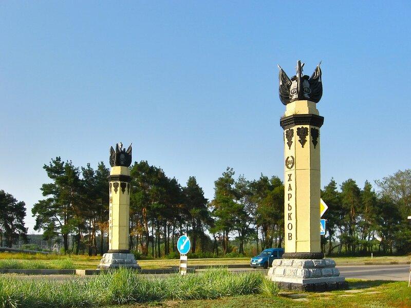 Въездные ворота при въезде в харьков забор из металлического евроштакетника шахматкой