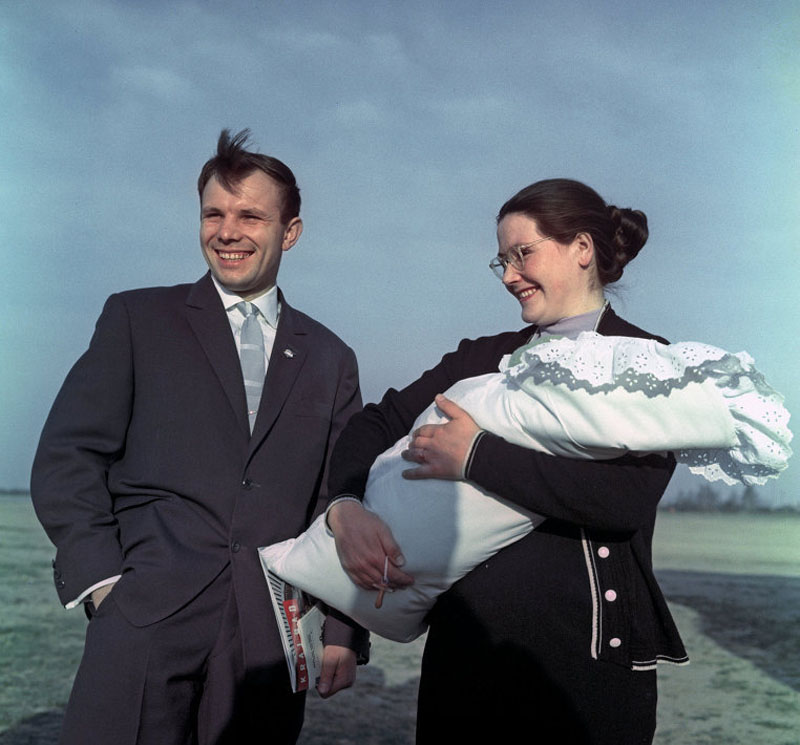 1060 Гагарин с женой Валентиной и дочерью Галей.jpg