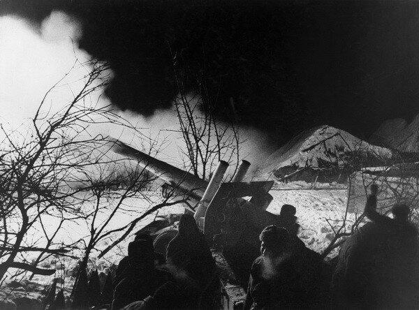 Иван Шагин. Артподготовка перед началом контрнаступления под Москвой. 1941.jpg