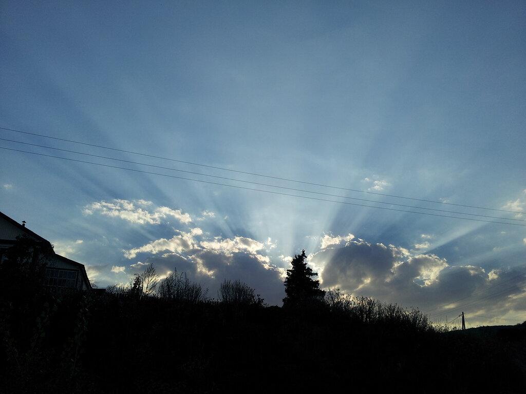 Солнце садится за гору