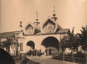 Вид на Святые ворота Знаменского собора. Новгород г.