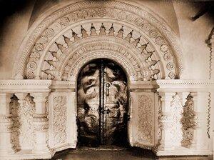 Вид западной двери церкви Св. Живоначальной Троицы.
