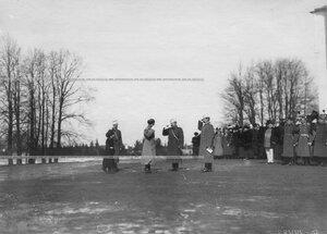 Император Николай II  приветствует свитских офицеров в день полкового праздника .