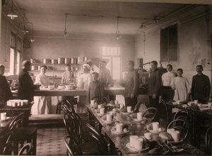 Повара и обслуживающий персонал в кухне-столовой лазарета,устроенного в Алексеевском Народном доме.