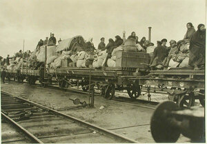 Беженцы на открытых платформах поезда