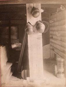 Вид части склада запасных частей, разместившегося в одном из вагонов железнодорожного состава,  перевозившего подвижную авиационную мастерскую.