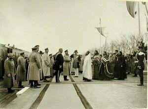 Священнослужители встречают прибывшего со свитой императора Николая II на вокзале; 4-йслева-министр императорского Двора В.Б.Фредерикс,5-й-великий князь Михаил Александрович,7-й-император Николай II,8-й-камергер Двор