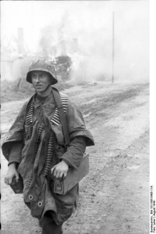 Warschauer Aufstand, Soldat mit MG-Gurt