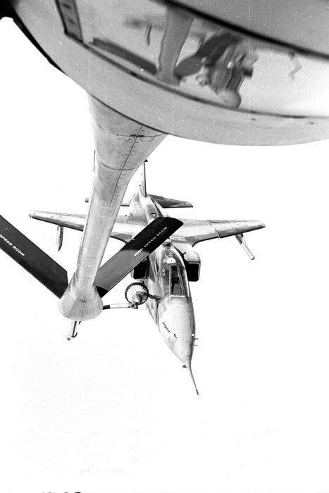 """Le ravitaillement en vol d'un avion Jaguar est effectué par un avion boeing KC 135, lors de l'opération """"Manta""""."""