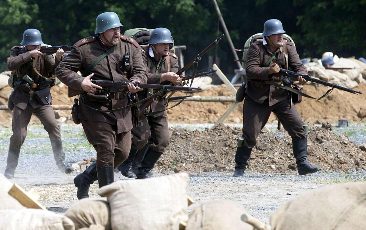 Члены исторических клубов, одетые в форму солдат Первой мировой войны, принимают участие в реконструкции одного из боев в Коломенском парке Москвы