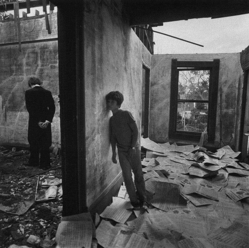 1971. Мальчик слушает музыканта. Билокси, Миссисипи