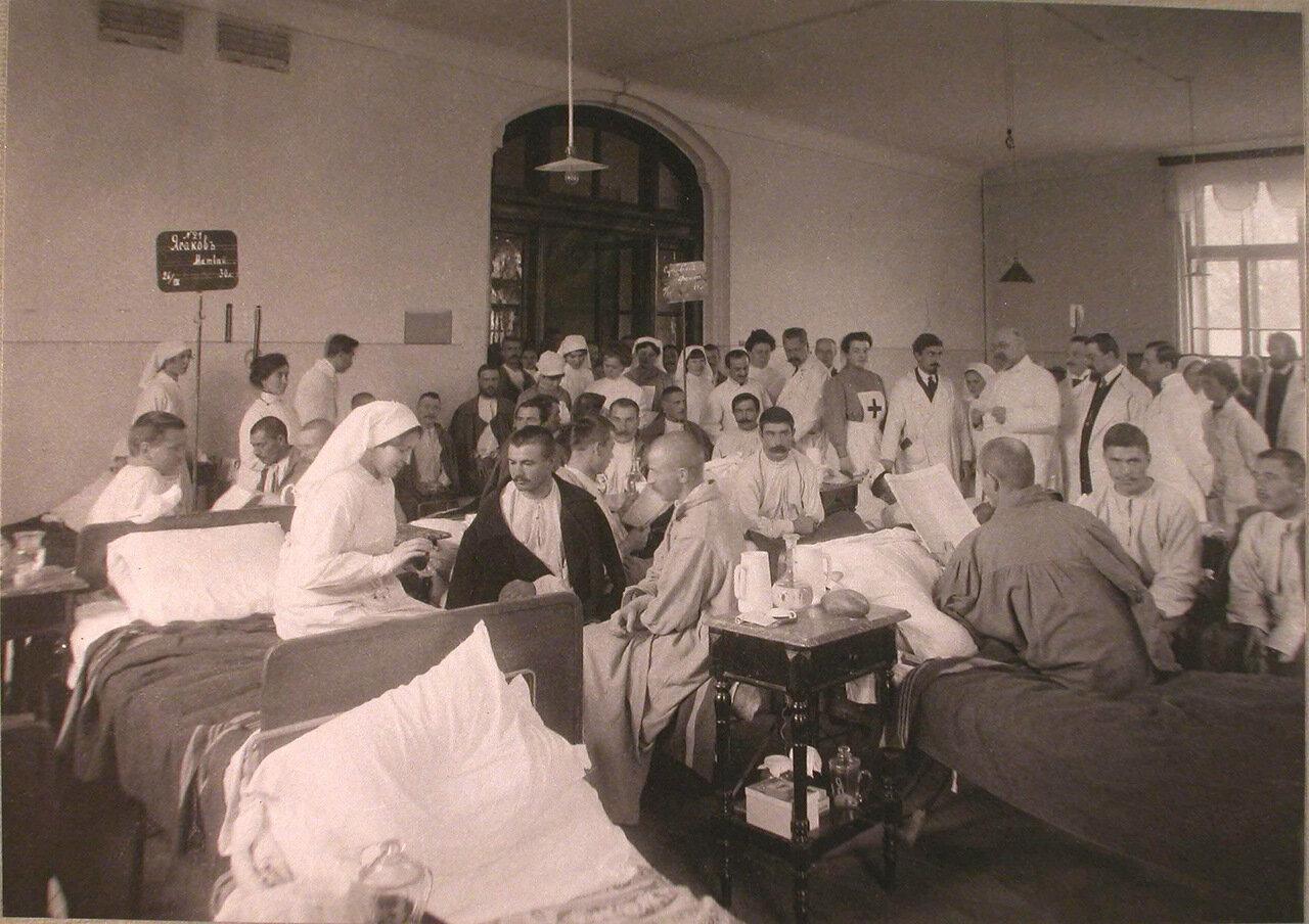 20. Медицинский персонал и раненые в одной из палат лазарета при Университетских клиниках