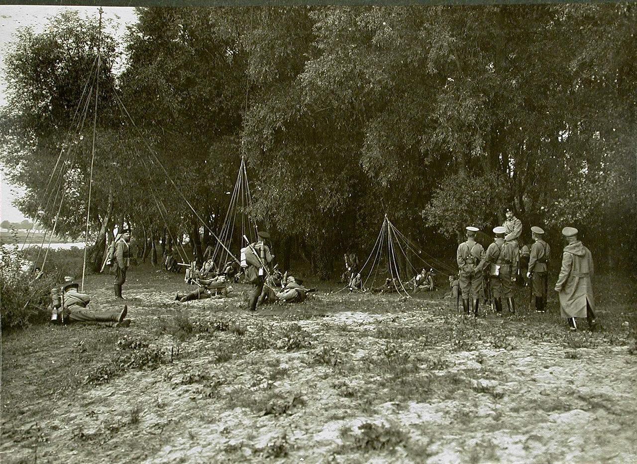07. Солдаты и офицеры роты, движущиеся по направлению к деревне Борова, на привале