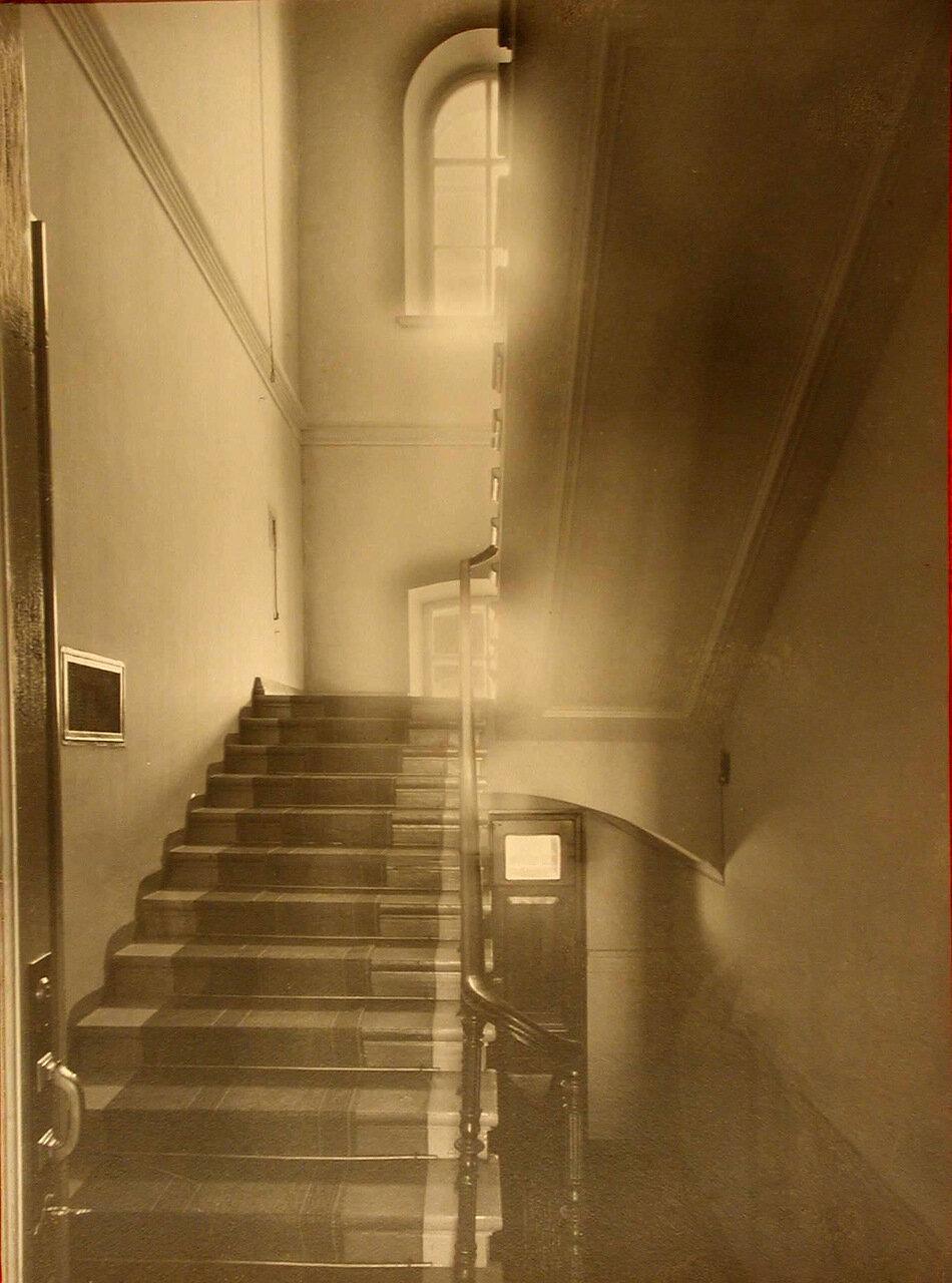 06. Лестница, ведущая на верхние этажи здания