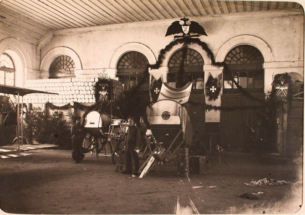 24. Механики и солдаты авиароты в сборочной мастерской (перед 26 ноября). Псков