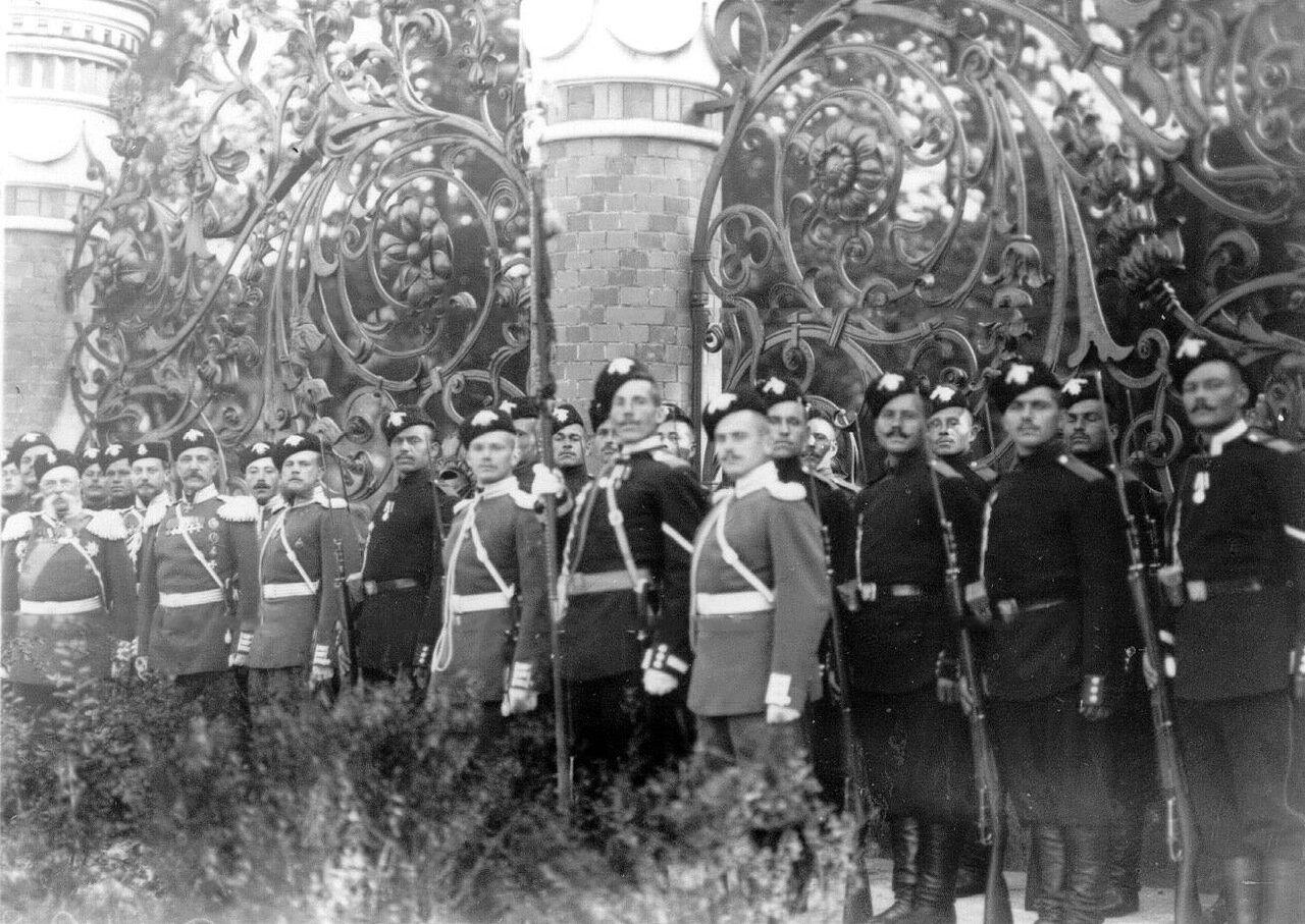 26. Группа казаков лейб-гвардии Казачьего Е.И.В.полка на площади перед храмом в день его освящения