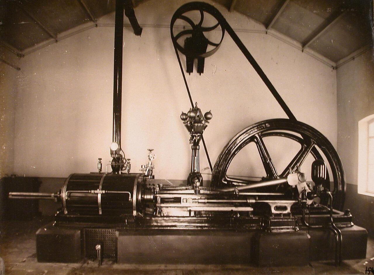 14. Вид дизельного двигателя в одном из цехов мастерской