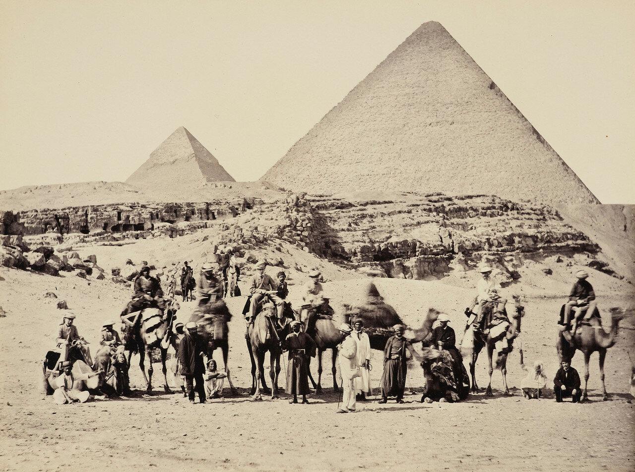 Гиза. Группа у пирамид