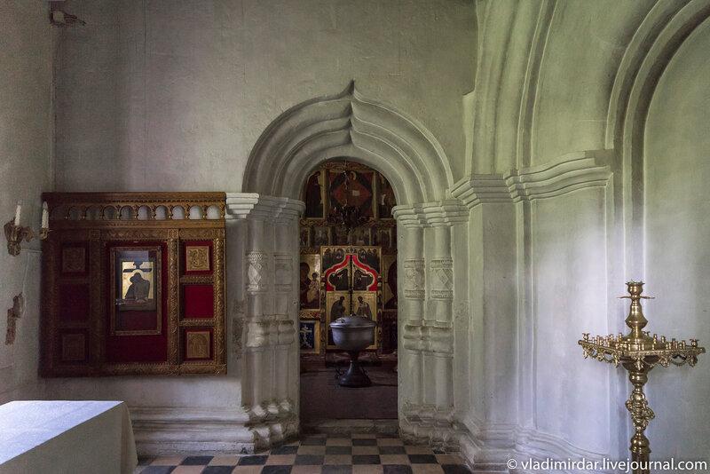 Врата придела бессребреников великомучеников Кира и Иоанна в галерее храма Преображения Господня в селе Остров