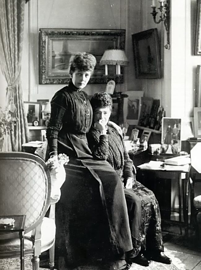 Императрица Мария Фёдоровна(справа) со своей сестрой, королевой Мари в Дании, где Мария Фёдоровна   провела свои последние годы.