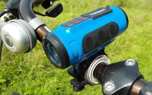Велосипедный плеер teXet Drum, закрепленный на велосипедном руле