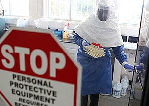"""Лихорадка Эбола """"расползается"""" за пределы Африки"""