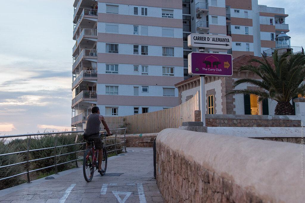 Велосипедист в Сан-Антонио на Ибице во время заката