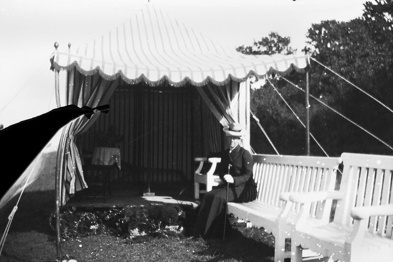Королева Виктория на скамейке в замке Соллиден, 1900