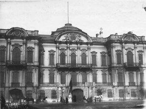 Фасад здания по Сергиевской улице, д.10, в котором до Первой мировой войны находилось посольство (архитектор Г.Э.Боссе, 1857-1860).