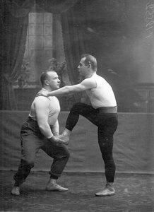 Групповое акробатическое упражнение слева штангист, преподаватель бокса В.П.Кретьянсон, справа - М.М.Антонович