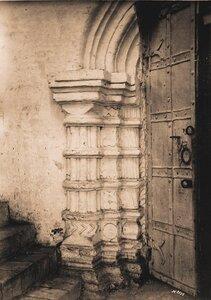 Вид части двери с наличником в церкви Благовещения.