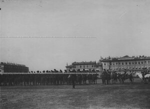Церемониальный марш конвоя на параде на Марсовом поле.
