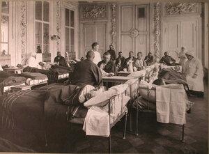 Раненые в палате лазарета,организованного членамиЛитературно-художественного кружка.