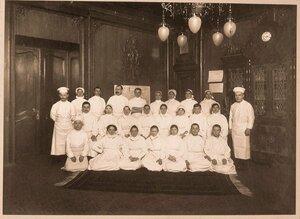 Группа обслуживающего персонала госпиталя.