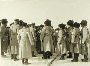 Император Николай II беседует с солдатами одного из полков