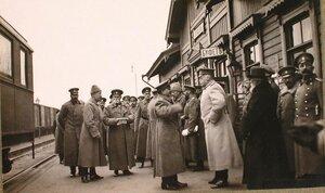 Командующий армией генерал от инфантерии Горбатовский (третий слева) в группе офицеров на перроне станции.