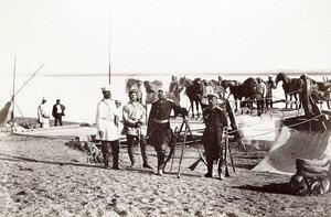 Руски офицери на българска земя пред един от понтонните мостове над река Дунав, построени за преминаването на руската войска от Румъния, в центъра е генерал-майор Александър Рихтер, ръководител на строежите на понтонните мостове, 1877 г.