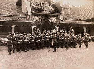 Генерал-адъютант генерал от кавалерии граф фон-Ведель (стоит в центре спиной к объективу) приветствует офицеров полка перед началом парада.