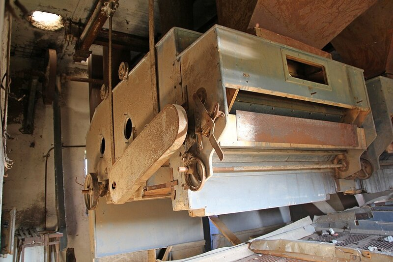 Оборудование (вибросито) внутри башни заброшенного элеватора хлебоприёмного предприятия в пос. Медведок