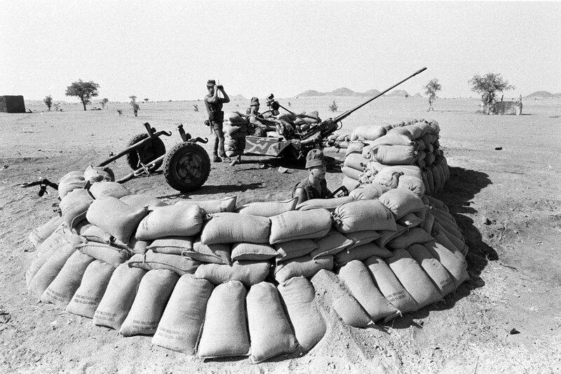 """Dans le cadre de l'opération """"Manta"""", le poste de défense anti-aérienne équipé d'un canon de 20 mm tenu par le 35e RAP (Régiment d'Artillerie Parachutiste) à Biltine."""