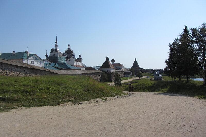 Потихоньку восстанавливают монастырь, видны строительные леса.