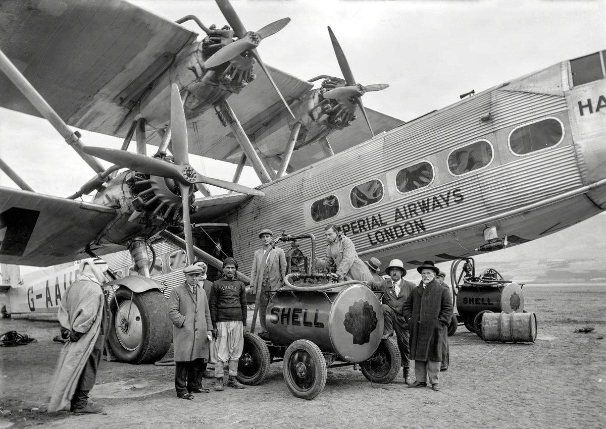 Перед дальним полетом: Заправка пассажирского самолета компании Imperial Airways (1931 год)
