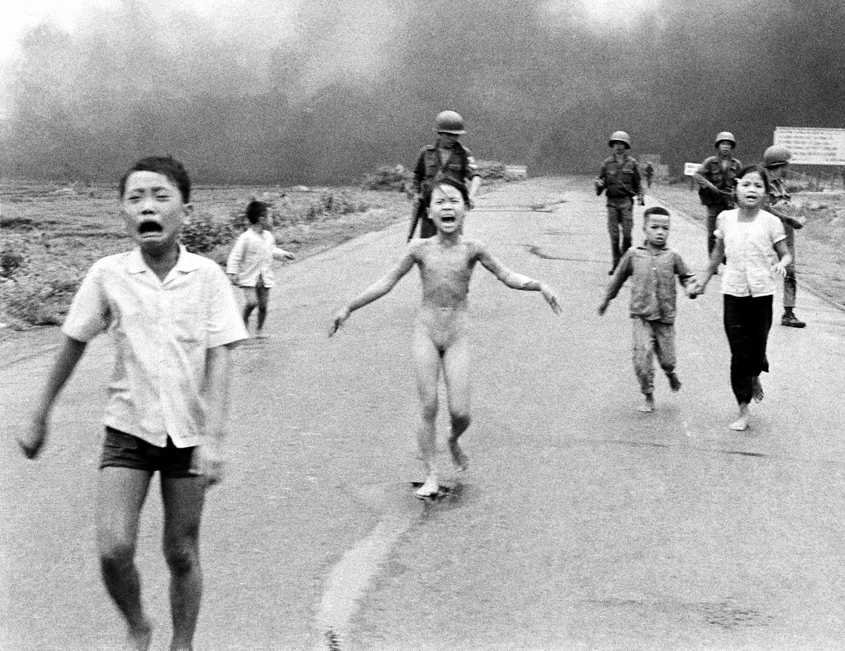 Бегущие вьетнамские дети, которым чудом удалось уцелеть после бомбардировки окрестностей города Trang Bang напалмом (8 июня 1972 года)