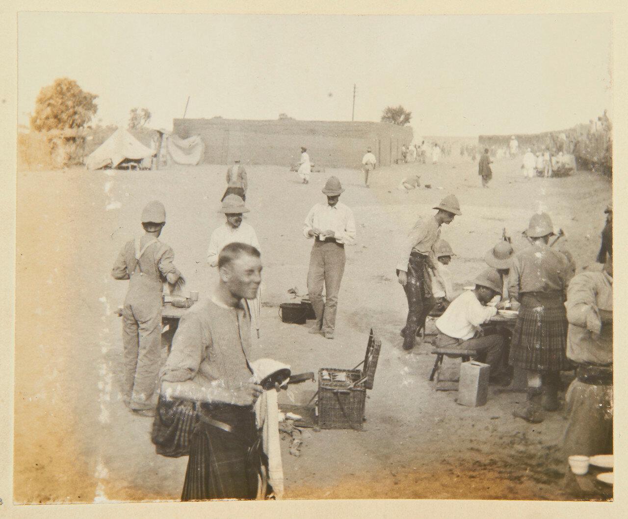 Завтрак Собственного королевского Камерон-хайлендерского полка в Абу-Хамеде.  Лейтенант Достопочтенный Мейтленд. 14 сентября 1898