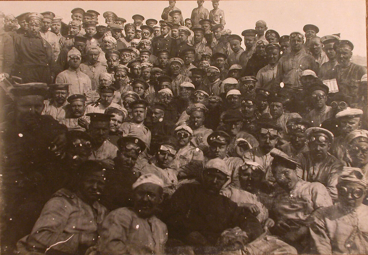 10. Офицеры и матросы команды на палубе линейного корабля